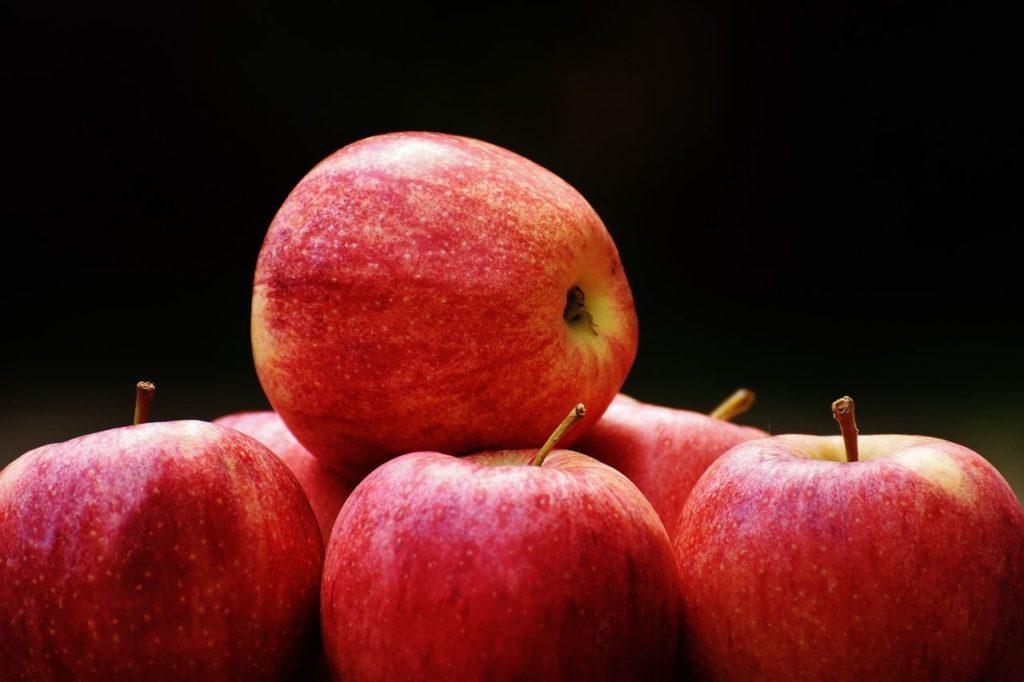 Jablka jsou skvělé napodporu zdraví. Podílí se naudržování stabilní hladiny krevního cukru, tlaku ihladiny cholesterolu.